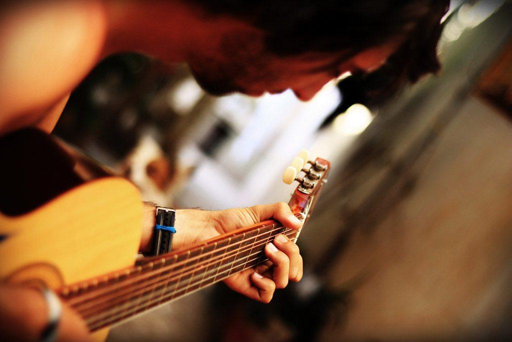 PPAPから学ぶ、印象的なギターリフを簡単に作る方法